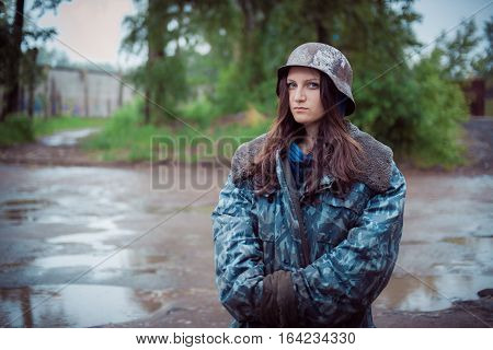will rub girls in an old military helmet of times of World War II, in the street
