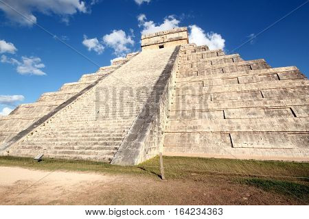 The Kukulkan Pyramid aka El Castillo in Ancient Mayan City Chichén Itzá. Yucatan Mexico