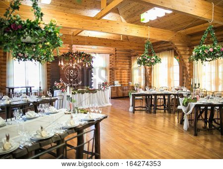 Beautyful Wedding decor. Wedding interior. Festive decor. Table decor. Table layout. Table of newly married. Restaurant interior.