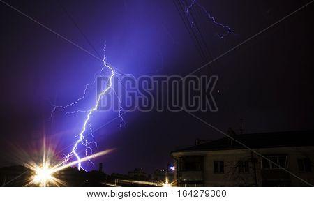 Huge bolt of lightning hits small city