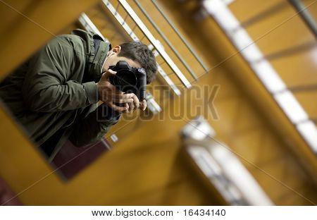 joven en un tren tomar un autorretrato con ayuda de un espejo capaz de