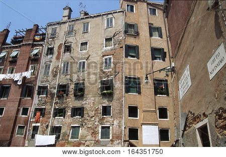 Venice Jewish ghetto - Ghetto had to remain within the borders so the people was forced to build the houses.