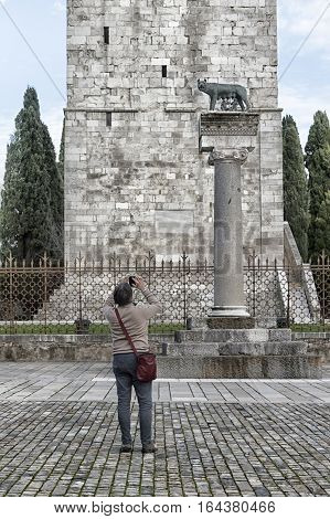 Tourist take a shot of Capitoline Wolf Statue