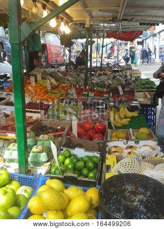 Puesto callejero de frutas y verduras, típico de rincón europeo