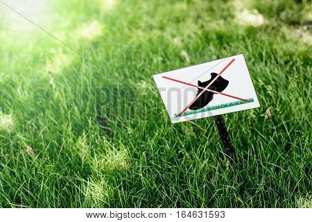 Sign do not walk on the grass