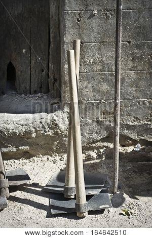 Laymen's tools : Hammer, spade, driller, etc.