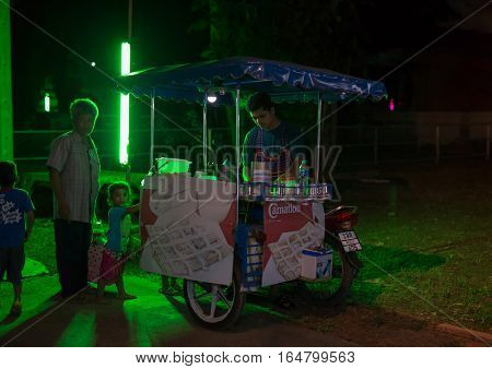 PHITSANULOK, THAILAND - NOVEMBER 12 , 2016 : man sale Roti on the walking street at night in Phitsanulok, Thailand