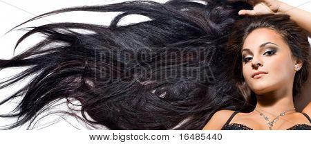 schöne modische Frau mit langen Haaren