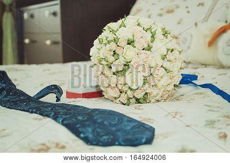 Decorating a wedding car - wedding rings. Wedding paraphernalia of the groom