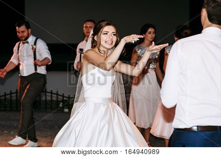 Funny moves of the bride on the dance floor