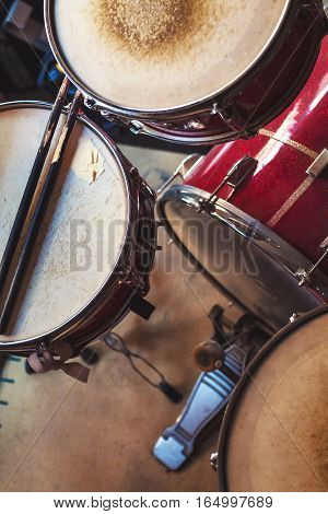Set of old used drums focus on snare and sticks.