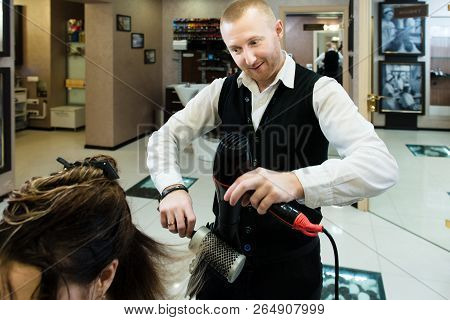Funny Photo - An Involved Hair Master Drying His Client's Hair Enthusiastically