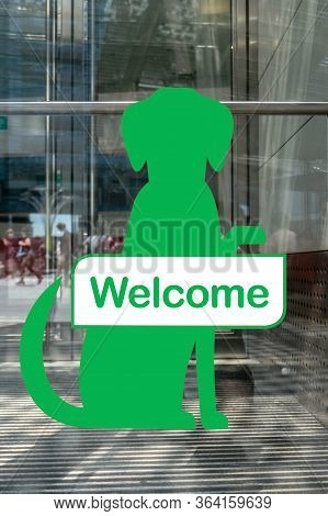 Dogs Welcome Sign Outside Shop. Green Dog-friendly Sign. Welcome Sign For Pets. Allowing Pet Into Fa