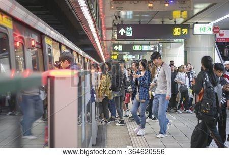 Taipei, Taiwan - Jan 04: Unnamed Commuters Get On The Subway In Taipei Train Station In Taipei On Ja