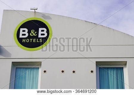 Bordeaux , Aquitaine / France - 11 19 2019 : B&b Logo Sign Facade B-b Of A B And B Hotel