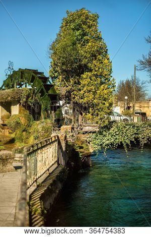 Vertical View Of Wheel Of Water Mill In Medieval Village L'isle-sur-sorgue, Vaucluse, Provence, Fran