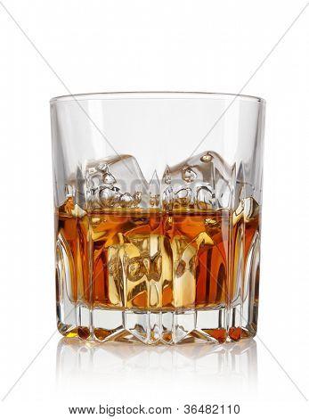 Vaso de whisky y hielo aislado sobre fondo blanco