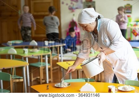 Belarus, The City Of Gomel, On 14 December 2017.open Day In Kindergarten. Assistant Teacher In Kinde