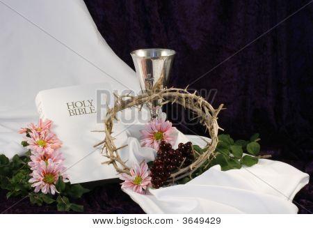 Biblia cáliz corona y tela blanca