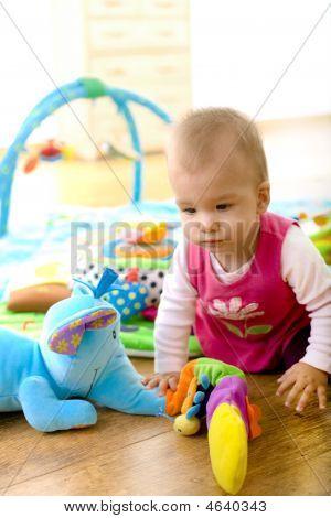 Baby spielen zu Hause