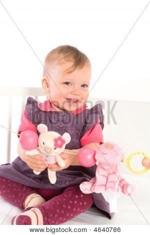 Baby Girl playing im Bett
