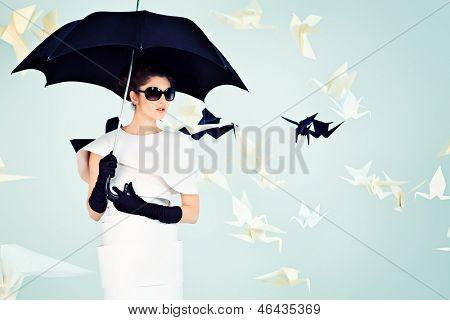 Kunst-Mode-Foto einer wunderschönen Frau in Papier dress. Schwarz und weiß.