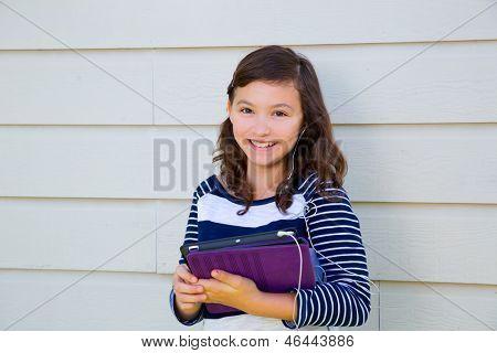 Tiener meisje gelukkig houden tablet pc en earings glimlachen