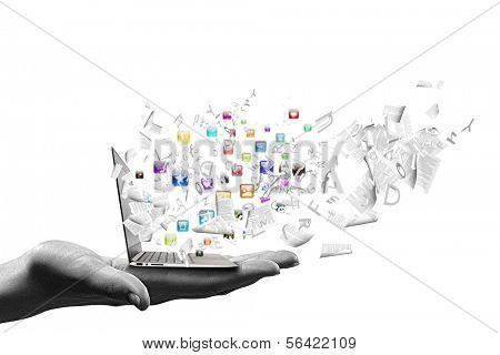 Cerca de la mano con los iconos del ordenador portátil y los medios de comunicación