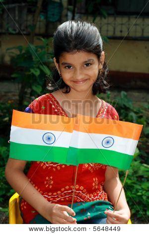 Mädchen mit zwei indischen flags