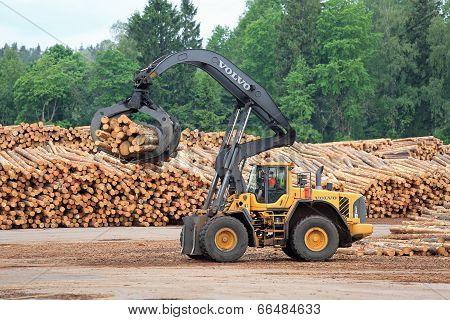 Volvo L180F HL Log Loader Handling Logs
