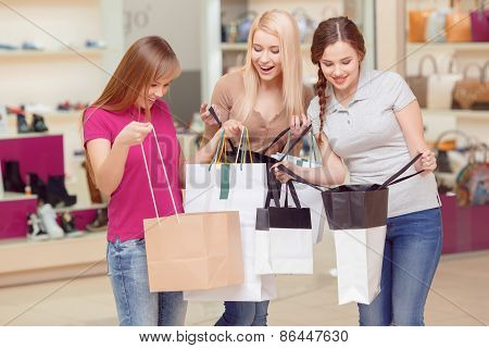 Girlfriends do shopping in the store