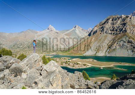 Young girl photographed mountain lake