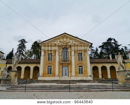 The symmetrical Maser villa
