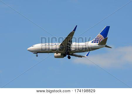 WASHINGTON DC - JUN. 23, 2014: United Airlines Boeing 737-724 in the air at Washington DC, USA.