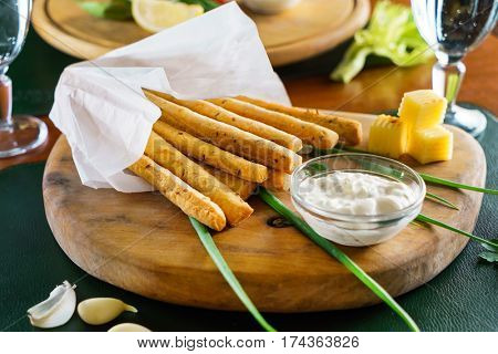 garlic bread sticks with sauce