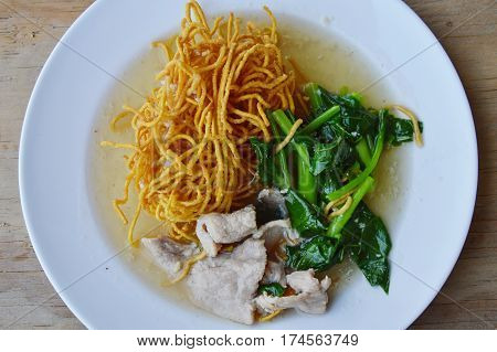 crispy egg noodle with Chinese kale and pork in gravy sauce