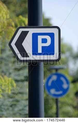 Direction sign pointing the way to public car or vehicle parking
