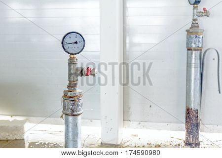 Instrument for measuring pressure attached on pipe at end of system.