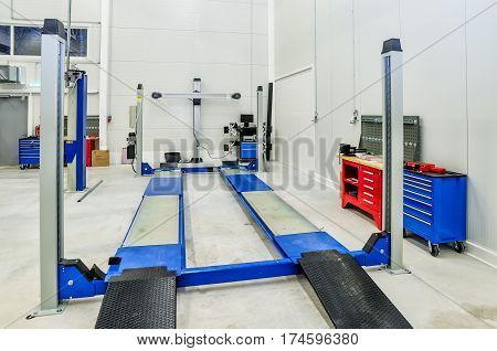 Toe-out car equipment in a car repair station