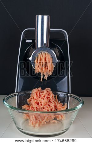 Mincing machine and meat. preparation of minced raw meat