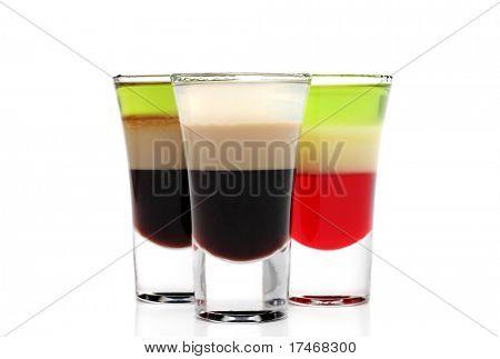 Слоистые алкогольные коктейли, изолированные на белом фоне