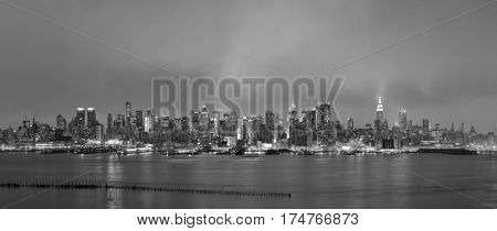 New York City midtown Manhattan sunset skyline panorama view over Hudson River in black and white