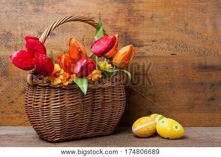 Körbchen Mit Seidenblumen Neben Ostereiern