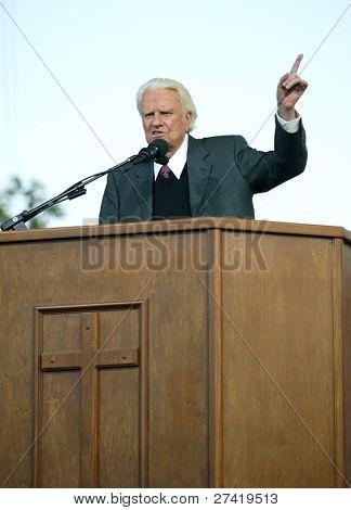 NUEVA YORK - 25 de junio: Reverendo Billy Graham gestos como predica en la mayor Nueva York Billy Graham C