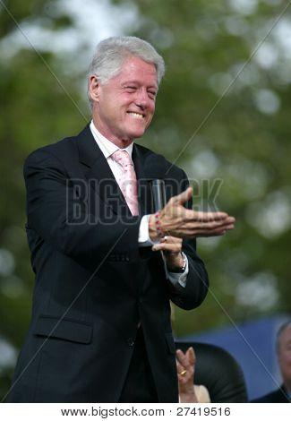 NUEVA YORK - 25 de junio: Gestos el ex Presidente Bill Clinton en el escenario del mayor y de nuevo