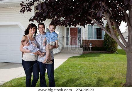 Retrato de la situación de la pareja feliz con sus hijos delante de casa