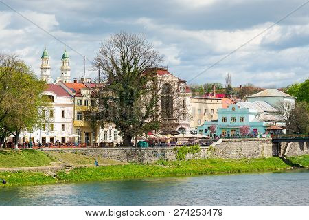 Uzhgorod, Ukraine - Apr 21, 2015: City Center Of The Old Town In Springtime. Ancient And Modern Arch