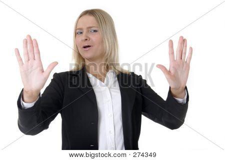 Mujer de negocios, alzando las manos