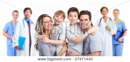 Médico e paciente de família feliz. Isolado no fundo branco. Cuidados de saúde.