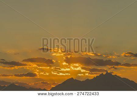 Sunset Mountain Peaks Sky. Mountain Peaks Sunset View. Sunset Mountain Peaks Silhouette. Mountain Su